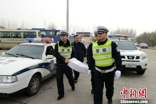 江苏包工头带500万现金回家发工资 警方接力护送