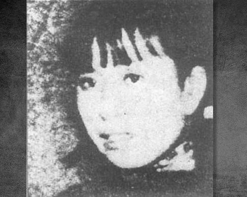 1928年王克銘隨奉軍潰退,李雲鶴母女去濟南投奔堂叔李子明,住在城內按察司街27號。1929年夏,15歲的李雲鶴進入濟南趙太侔任校長的山東省立實驗劇院學了一年戲劇。1931年初隨該校老師王泊生組織的晦鳴劇社前往北京演出。5月返回濟南,嫁給濟南富家子弟裴明倫。7月,與裴明倫離婚,到青島投奔趙太侔。圖為19歲的李雲鶴(江青)。