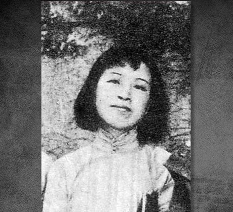 """1931年7月—1933年4月,李雲鶴在私立青島大學圖書館工作,並通過趙太侔的妻子俞珊結識了她的弟弟黃敬(化名)。黃比李雲鶴大三歲,是大學生物系學生、共產黨地下宣傳部長。1932年,18歲的李雲鶴與黃同居。開始進入""""共產主義文化陣線""""的圈子,演過《放下你的鞭子》一類的戲。1933年2月李雲鶴由黃敬介紹,在青島一個碼頭倉庫宣誓加入中國共產黨,被任命為中國共產黨青年支部委員。同年4月黃敬被捕,李雲鶴逃往黃敬的老家上海。圖為江青年輕時照片。"""