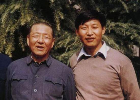 原标题:习近平给父亲的一封生日贺信    习近平与父亲习仲勋。  人民网北京2月24日电 在2015年春节团拜会上,习近平指出不论时
