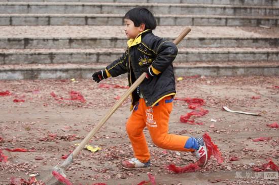 9岁男孩替抱病保洁员妈妈清扫爆竹屑