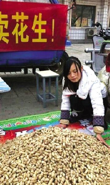 商丘15岁女孩郑州卖花生救父 幼童捐1000元压岁钱