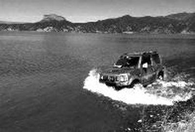 游客在泸沽湖『冲浪』