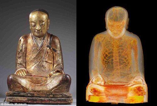 千年佛像内端坐打坐和尚,内脏掏空,疑似耶律大石老师。