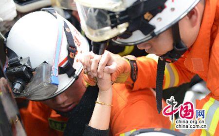 厦蓉高速9车相撞2死2伤 被困小女孩成功获救(图)