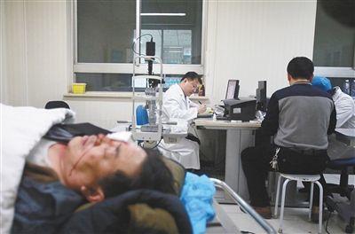 除夕夜,同仁医院急诊室,平谷一男子被礼花弹炸伤。