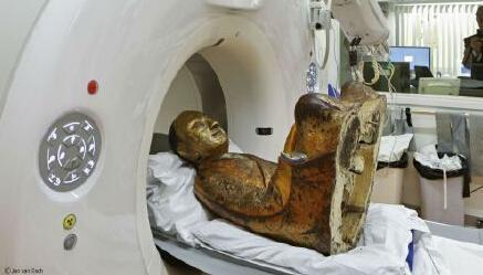 这尊11-12世纪的佛像内包裹了一个完整的古老舍利。