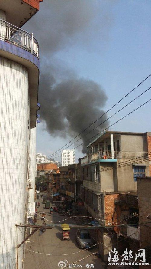 起火的是一栋两层民房,现场腾起滚滚浓烟(网友供图)-福建两男孩