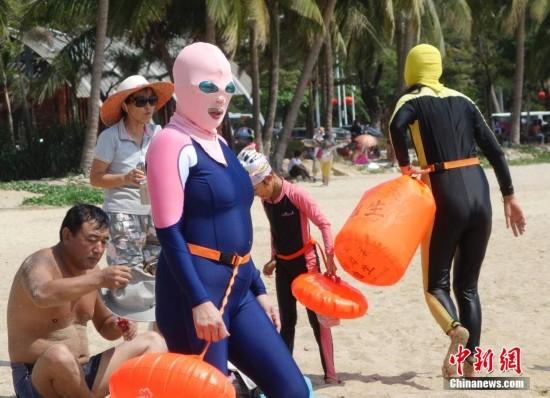 防晒伤新招!三亚海滩蒙面防晒造型成潮流