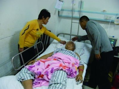 10多人卫生院里当着民警面打人 一男子昏迷