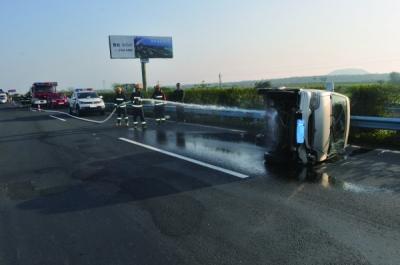 一面包车东线高速侧翻3人受伤