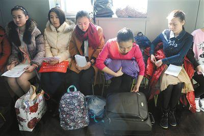 中戏东城校区艺考主持专业备考区,一名考生在整理行李箱。新京报记者