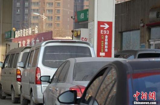 2月9日,河南郑州,汽车在加油站赶在涨价前排队加油。资料图 中新社发 王中举 摄
