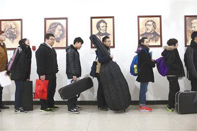 昨日,中国传媒大学,报考音乐的学生在排队等候面试。2015年中国传媒大学艺术类本科专业招生于当天正式启动,持续至3月4日。新京报记者