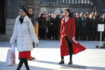 参加中戏艺考的考生步入考场。新京报记者