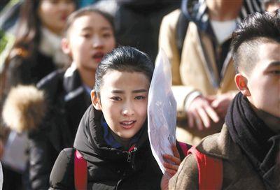 中国传媒大学报考艺术类的学生排队等候面试。新京报记者