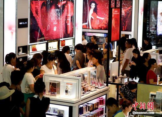 海南三亚游客排长龙购买免税品