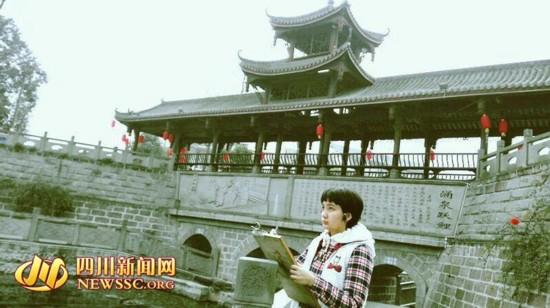 马海瑞正在观察速写孝泉古镇《邻姑泉》。