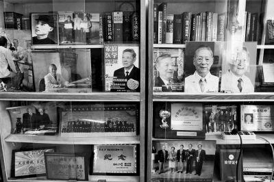 张效房办公室的书柜里放满了荣誉证书及纪念照