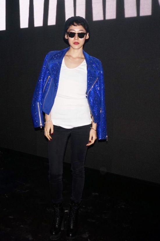 日本It Girl、模特赤坂沙世(Sayo Akasaka) 2015秋冬米兰时装周秀场外街拍,BlingBling蓝色外套很吸睛!