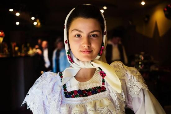 饰,在罗马尼亚乡下小镇的酒吧中跳着迪斯科,马拉穆列什在摄影师图片