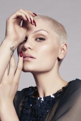 英国著名女星Jessie J一袭大胆颠覆光头造型登上某杂志,展露一种硬图片
