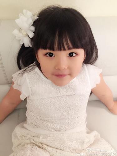 王诗龄穿白色礼裙戴白花发卡网友赞:小仙子(图)