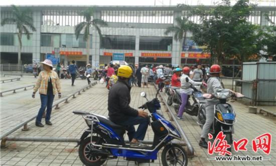 海口南站广场遭电动车占据 出租车通道被堵