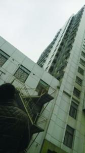 男子忘带钥匙怕花钱开锁 穿短裤从18楼空降被悬14楼