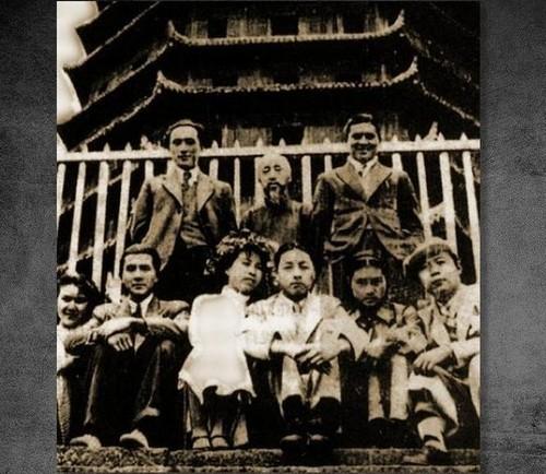 1936年4月,蓝苹与唐纳结婚,在杭州参加集体婚礼。但婚后不久因她仍与俞启威保持联系发生婚变,7月唐纳在济南自杀未遂。图为1936年轰动一时的三对明星杭州六和塔新婚之旅。前排六人自左至右依次为:叶露茜与赵丹,蓝苹与唐纳,杜小鹃与顾而已。后排则为证婚人,自左至右依次为:郑君里、沈君儒、李清。