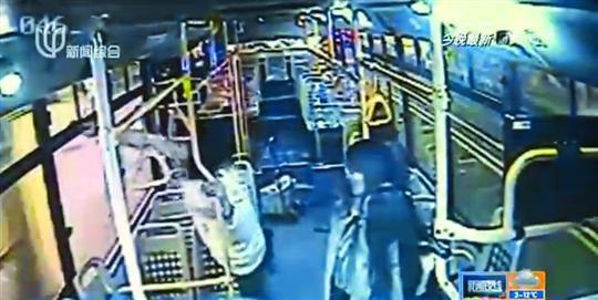 女子乘公交欲中途下车遭拒 抡锤子狂砸车窗(图)