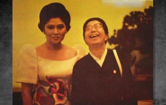 1949年10月,中华人民共和国成立以后,江青成为中华人民共和国的第一夫人。图为1970年代菲律宾第一夫人伊梅尔达-马科斯与江青合影。