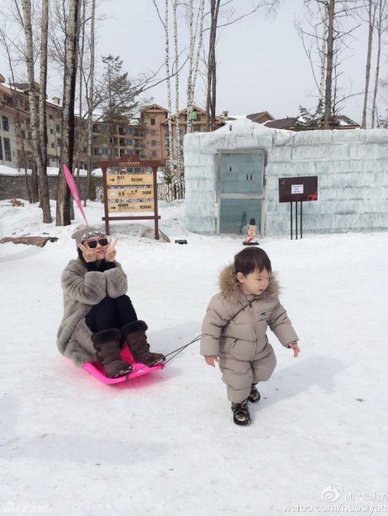 霍思燕杜江一家雪地撒欢 儿子为妈妈拉雪橇