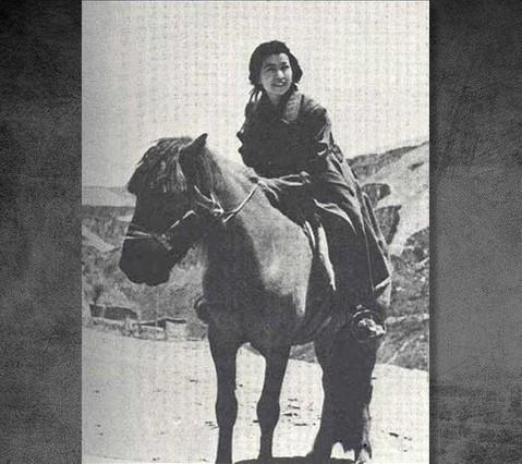 """1938年11月20日,经过中共中央批准,江青与毛泽东结婚。1940年生下一个女儿李讷(李姓取自毛泽东的化名""""李得胜"""")。图为江青在延安骑马。"""