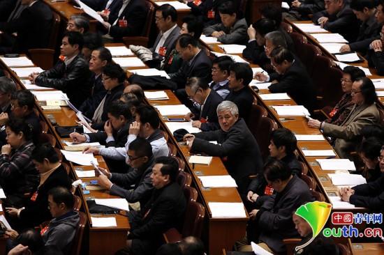 2014年3月9日,政協十二屆二次會議第四次全體會議,聽取大會發言時的趙本山。中國青年網記者 張炎良 攝