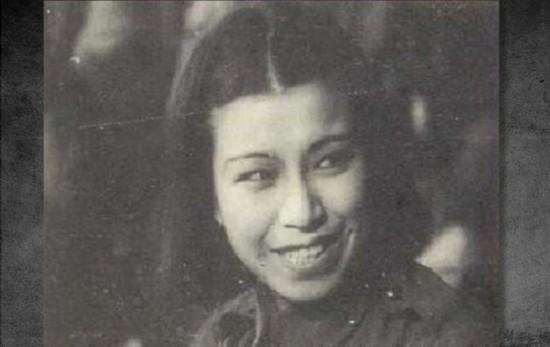1934年9月,她在上海曹家渡被捕入狱,同年12月被释放。然后去了北平与已释放的俞启威同居。图为江青早年珍贵剧照。