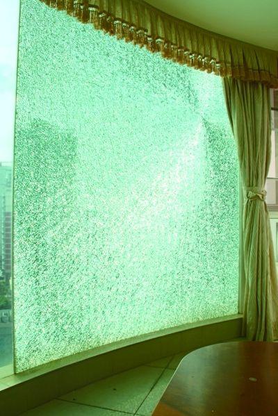 海口一小区:砰!房间钢化玻璃墙突然爆裂