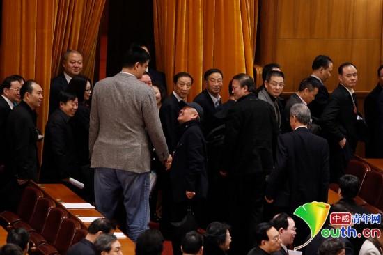 2014年3月7日下午,全國政協十二屆二次會議第二次全體會后,趙本山特地從大會堂中間位置跨越半個大會堂走向姚明,與他握手寒暄,演繹了最萌身高差。中國青年網記者張炎良 攝