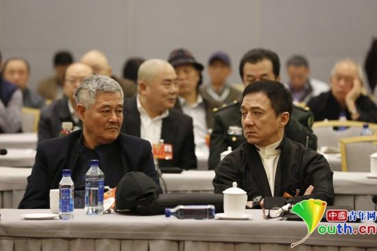 2013年全國兩會,趙本山、成龍在文藝界小組聯組討論會現場。中國青年網記者 張炎良 攝