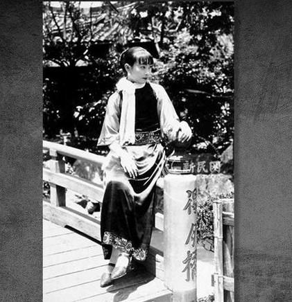 """江青,1914年3月出生于山东省诸城县东关街,取名""""李淑蒙""""或""""李进孩""""。父亲李德文在县城开木匠铺,母亲李栾氏是李德文的二房,曾为后来中共特工领导人之一康生家作帮佣。图为江青早年照片。1921年夏,入小学时,取学名""""李云鹤""""。1926年因与老师冲突,被学校开除。同年,父亲李德文病故,母亲带她到天津投奔姐夫王克铭(奉军军官)。曾在天津英美烟草公司烟厂当了三个月的童工。图为江青早年照片。"""