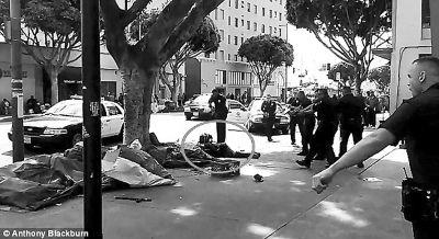弗格森枪击案的记忆尚未远去,美国洛杉矶又曝出一起疑似警方暴力执法事件:一段现场视频显示,几名警察1日试图在街头制伏一名男子,期间使用泰瑟枪,随后射杀了这名嫌疑人。这段视频在网上发布后引发争议。洛杉矶警察局说,嫌疑人当时想伸手拿一名警察的配枪,从而引发在场的几名警察作出开枪反应。开枪的三名警员现在被勒令休假,等待调查结果。