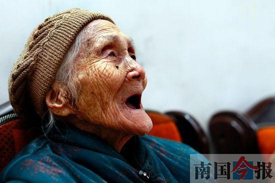 115岁老太或是柳州最老寿星 土法熬制草药水洗澡