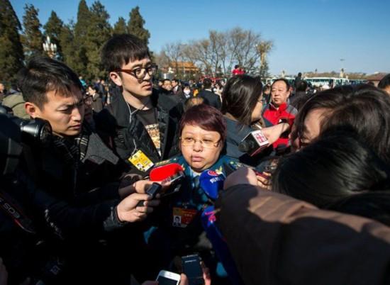 2015年3月3日,人民大会堂,全国政协开幕,韩红被众多记者围堵。(广州日报记者 苏俊杰、乔军伟 摄)