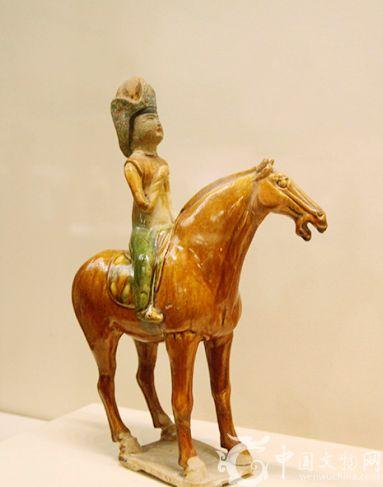 三彩釉陶戴胡帽骑马女俑,唐代文物,1972年陕西省礼泉县越王李贞墓出土,现藏昭陵博物馆。