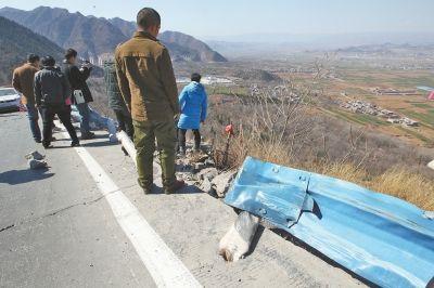 大客車撞斷隔離帶后沖下山去