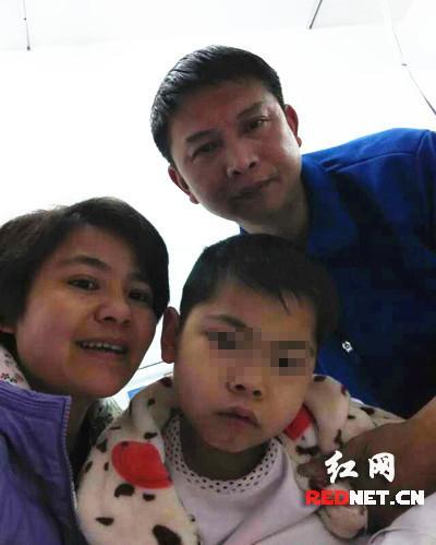 11歲男童邊做血透邊看書 望早日治愈不讓父母受累