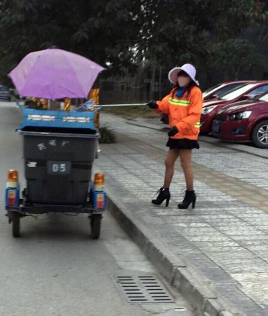 四川女子穿丝袜高跟鞋扫街 被称最时尚环卫工
