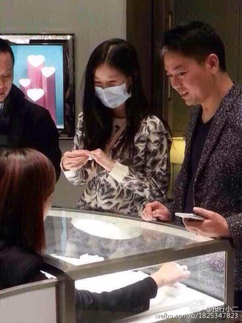 奶茶妹妹劉強東高檔商場選戒指