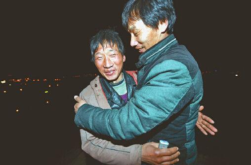 石志勇与来接他的叔叔相拥