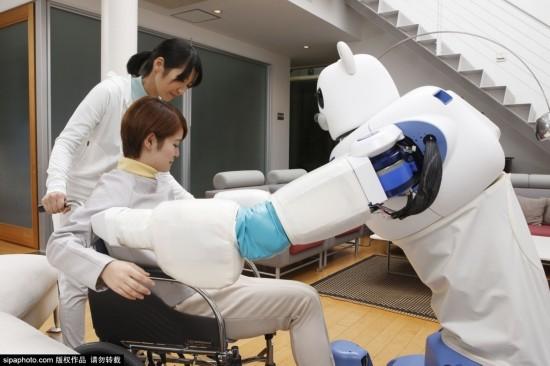 日本研发机器人美女懂事护士病人的照顾图片
